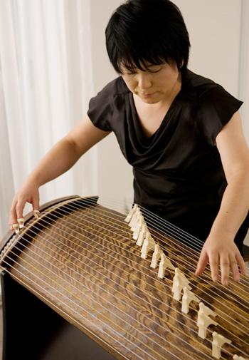 琴の紹介 日本の伝統楽器である琴  日本の伝統楽器である琴を弾くと癒されます。 ぜひ、体験教室で